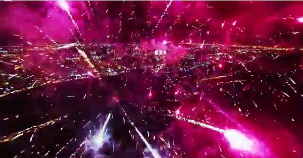 花火の間を無人機で通った動画がSFチック【Fireworks filmed with a drone】